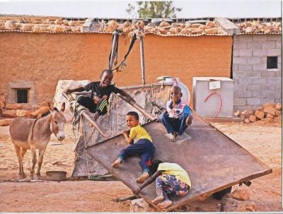 Niños jugando en los Campamentos Sáhara (Santiago Benito Lara) Primer premio