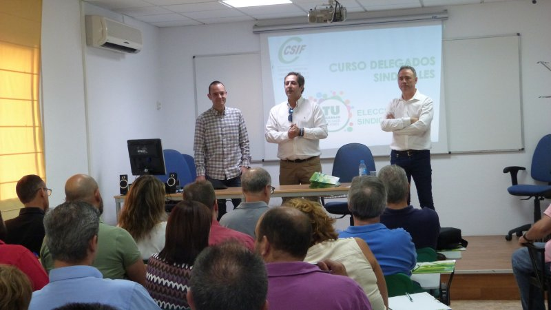 El presidente de la Unión Autonómica de CSIF, Juan Miguel López Blanco (en el centro), junto al ponente de la jornada, Pedro Pove (izquierda), y el vicesecretario del sindicato en la Región,  Fernando Sánchez Almagro.