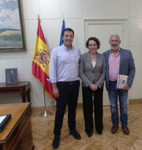 En la imagen, la ministra de Trabajo, Migraciones y Seguridad Social, junto a los representantes sindicales
