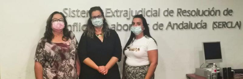 África Cotta, representante de CSIF; Dolores Ramos, de CCOO; y Dolores Florido, de CGT, este lunes, tras la firma del acuerdo.