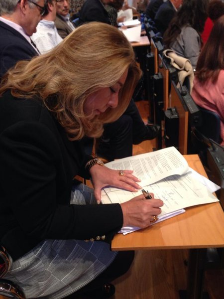 Carmen Hernández, durante la firma, ayer, del preacuerdo