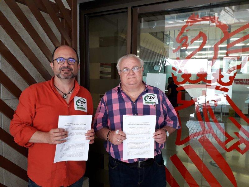 Los delegados de CSIF Javier Mas Bernabeu y Miguel Ángel Mas Lledó, presentando el escrito