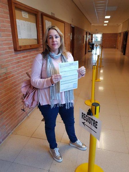 Estela Hontanilla, presidenta provincial de CSIF Educación Valencia, presentando hoy el escrito