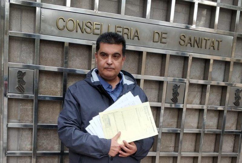 Fernando García, delegado de CSIF, ante la puerta de Conselleria de Sanitat presentando reclamaciones por bolsas