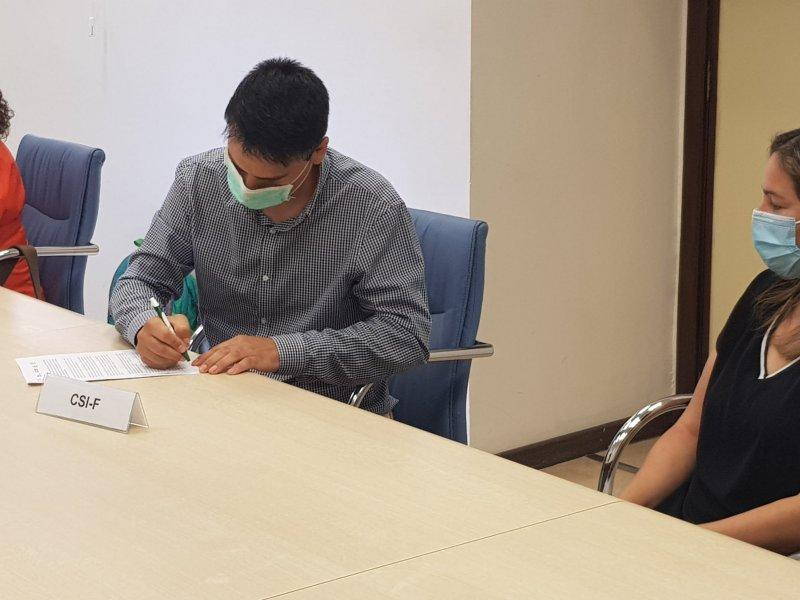 Raúl Almonacid, presidente de CSIF Educación Comunidad Valenciana, firmando hoy el acuerdo