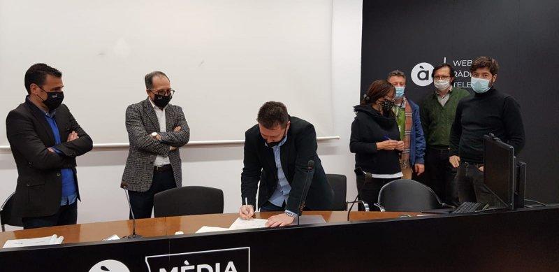 Frederic Ferri, firmando el preacuerdo del convenio