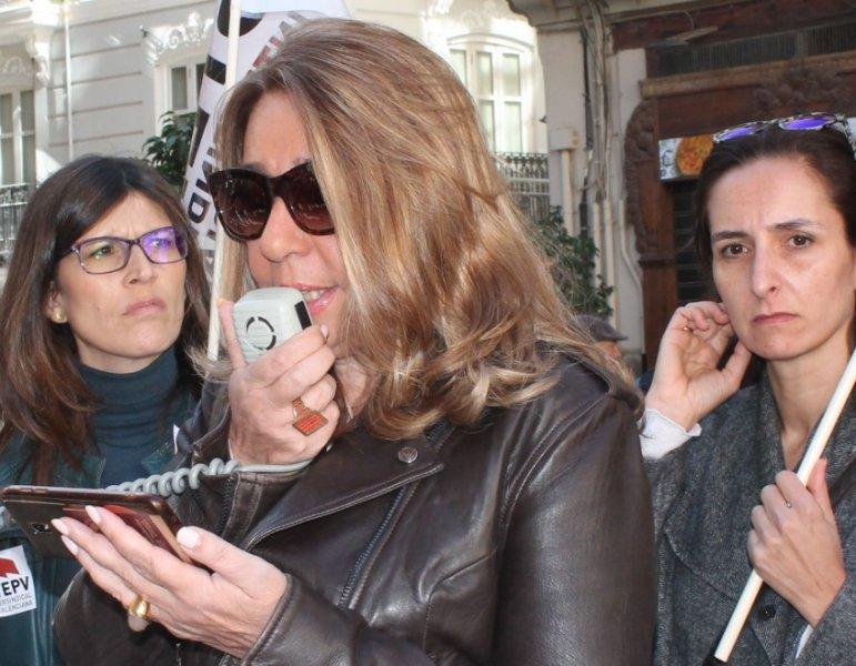 Carmen Hernández leyendo el manifiesto