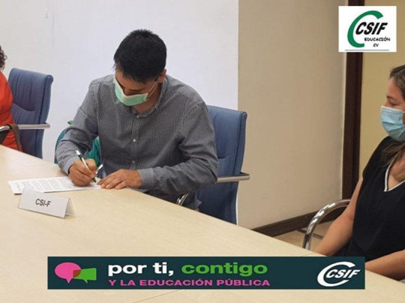 Raúl Almonacid suscribiendo un acuerdo con Conselleria de Educación