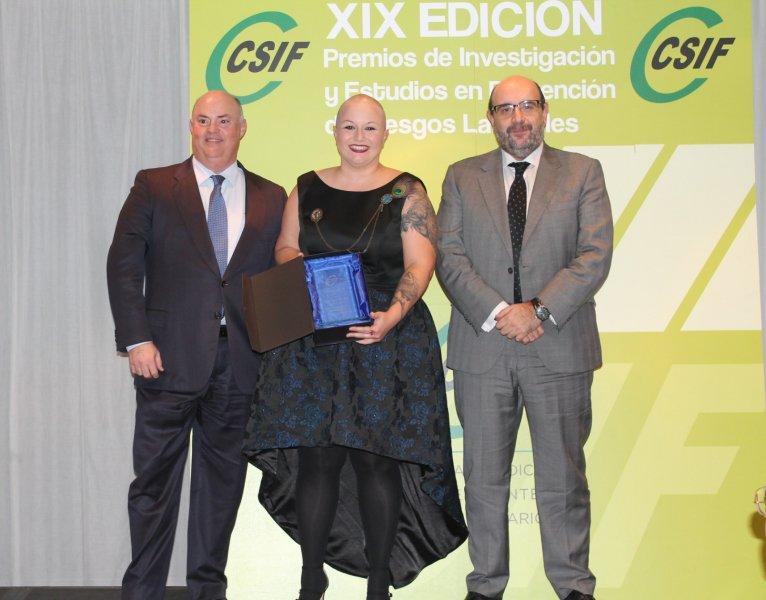 El presidente nacional de CSIF, Miguel Borra, con la premiada, Vanesa Macías, y con el patrocinador, Alberto de Rosa