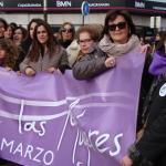 Ascensión Serrano, responsable de Igualdad, portando la pancarta que abre la marcha