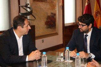 En la imagen, el presidente de la Unión Autonómica de la Central Sindical Independiente y de Funcionarios (CSIF), Juan Miguel López Blanco, y el presidente de la Comunidad Autónoma de Murcia, Fernando López Miras, en un momento del encuentro.