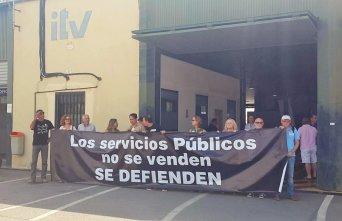En la imagen, el presidente de la Unión Autonómica de la Central Sindical Independiente y de Funcionarios (CSIF), Juan Miguel López Blanco (en el centro), junto a  trabajadores y a representantes de las organizaciones sindicales de la Región de Murcia