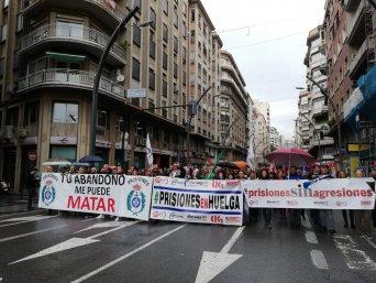 Trabajadores de Instituciones Penitenciarias se manifiestan frente a la Delegación del Gobierno y cortan varias calles de la ciudad