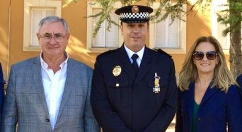 El presidente autonómico y la presidenta provincial, con el agente Justo Fernández