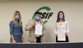 Rocío Rosón, responsable de Responsabilidad Social de CSIF Málaga; Juan Carlos Pedrosa, presidente provincial del sindicato; y Ana Catalán, presidenta de APA.
