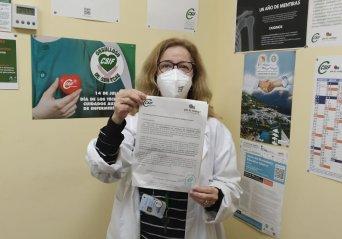 Guadalupe Cárdenas, responsable de la Secretaría de TCAE de CSIF Sanidad en Málaga, tras registrar la petición ante en el Hospital de la Axarquía.