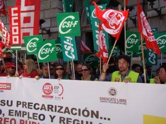 Un 80 por ciento de la plantilla secunda los paros y las protestas convocadas hoy en Correos