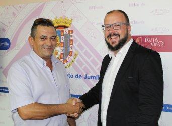 En la imagen, el delegado sindical de CSIF en el Ayuntamiento de Jumilla, Miguel Toledo López (izquierda), junto al concejal de Hacienda, Personal y Régimen Interior, Alfonso Pulido
