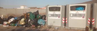 Acumulación de basuras en la vía pública, en La Línea. Fotos de hoy 29 de julio de 2020