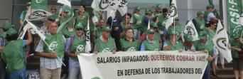 Protesta de los trabajadores ante la Diputación en julio de 2016.