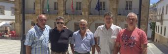 Miembros de la sección sindical de CSIF en el Ayuntamiento de Cortes de la Frontera tras la reunión con el alcalde del municipio, el 7 de julio.