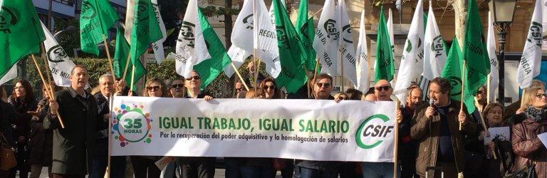 Empleados públicos de la Administración General del Estado (A.G.E.) de CSIF en la Región de Murcia se han concentrado esta mañana a las puertas de la Delegación del Gobierno