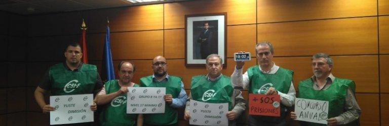 En la imagen, delegados de CSIF encerrados en la sede de la Secretaria General de Instituciones Penitenciarias en Madrid