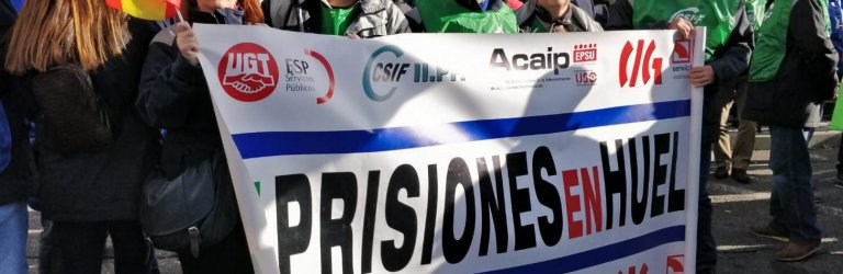 En la imagen, un grupo de funcionarios de prisiones de la Región, afiliados a CSIF, portando una de las pancartas de la gran marcha-manifestación, delante de la sede de Cs